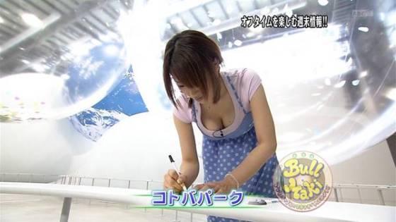 【放送事故画像】テレビに映る胸元がゆるゆるすぎて乳首見えてる女まで出てきたらしいぞw 01