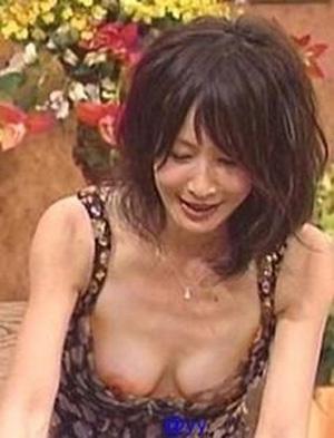 【放送事故画像】テレビに映る胸元がゆるゆるすぎて乳首見えてる女まで出てきたらしいぞw 15
