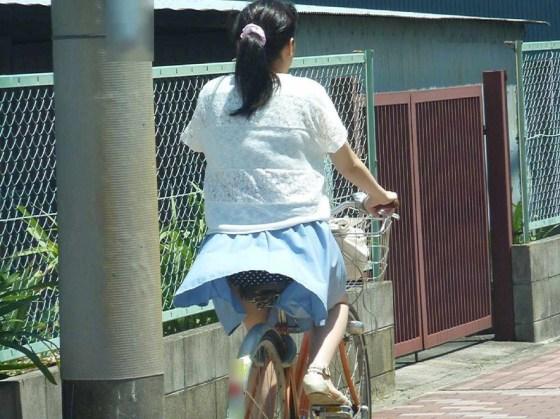 【パンチラキャプ画像】風吹くところにパンチラあり!見事にスカートめくれ上がっちゃてますw 21