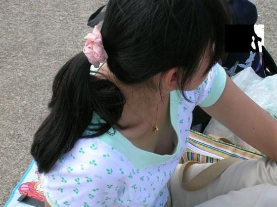 【ポロリ画像】素人がブラジャーの隙間から乳首コンニチハしてるもんだから思わずパシャリ!ww 20