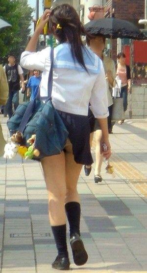 【パンチラ画像】自らの不注意でパンチラしたまま歩きまわる素人www 12