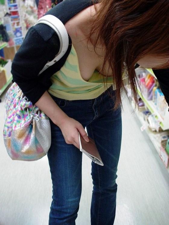 【ポロリ画像】素人娘達が乳首まで見えてるもんだから思わず撮ってやったww 12
