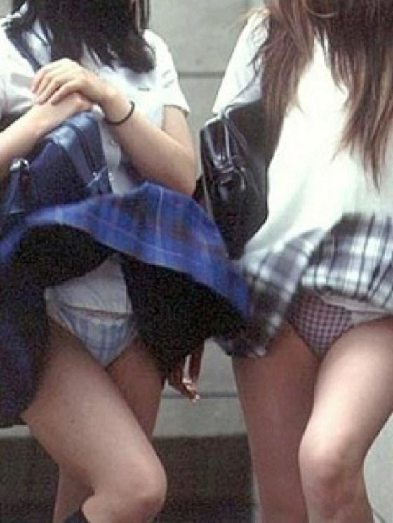 【パンチラ画像】結局JKのパンツが一番見たいんだろw風でもろにパンツが見えたJKww 19