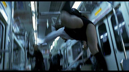 【お宝エロ画像】女優の戦ってるシーンで見えるパンツがエロすぎるwww 10