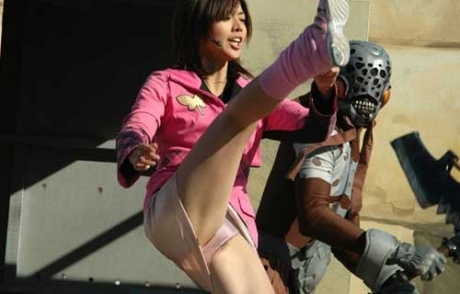 【お宝エロ画像】女優の戦ってるシーンで見えるパンツがエロすぎるwww 13