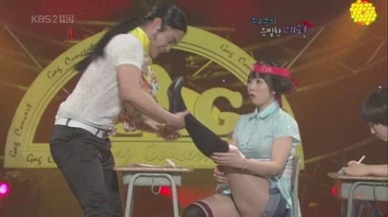 【放送事故画像】韓国のエロ番組でお股クパーして生理用品の付け方を実演www 06