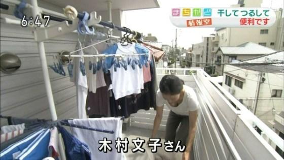 【放送事故画像】素人がアイドル顔負けのオッパイさらけ出してテレビに映ってたwww 17