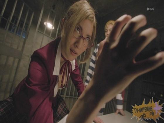 【お宝エロ画像】監獄学園第6話!腕相撲対決で揺れる爆乳ポロリ寸前!! 16