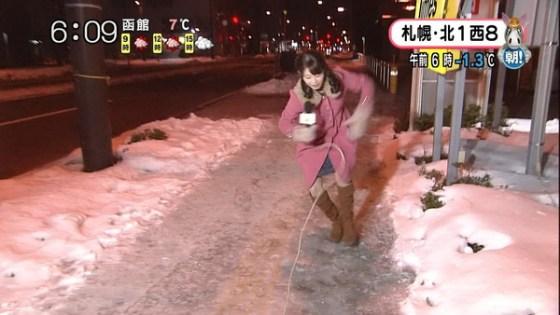 【放送事故画像】札幌放送の女子アナがこけた~!の瞬間にパンチラ!?www(GIFあり) 03