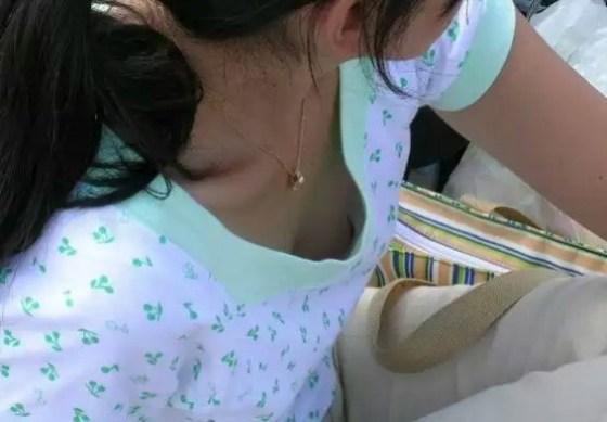 【素人ポロリ画像】ユルユルの胸元覗いて見たら乳首まで見えちゃってるよwww 18