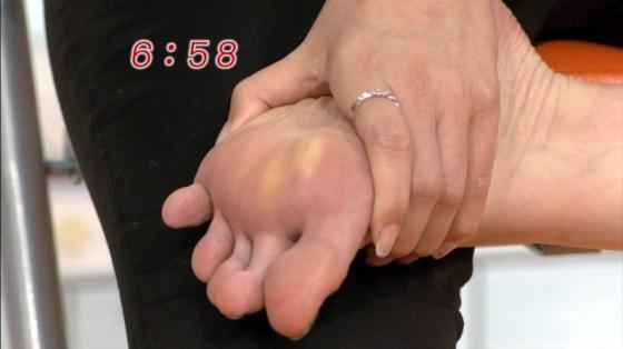 【放送事故画像】臭そうな足がテレビに映ってるんだけどちょっと臭ってみたくないか?ww 13