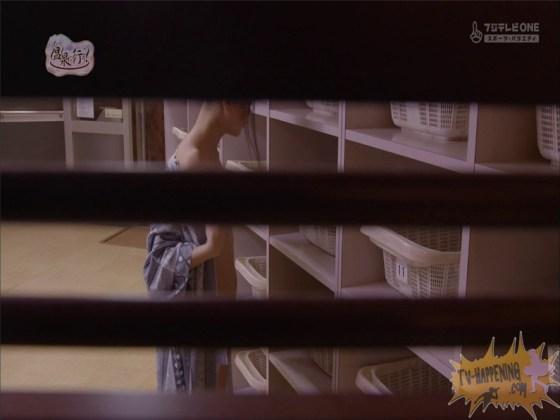 【お宝エロ画像】もっと温泉に行こうでゆっくりと服を脱いでいく姿に興奮しない?ww 50