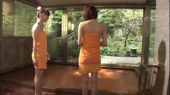 【放送事故画像】温泉レポでいつもバスタオルから半分オッパイ出すんでしょうか?www 09