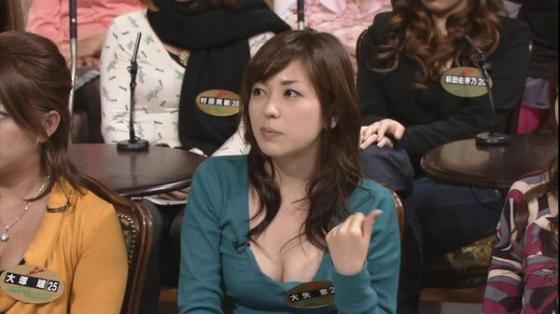 【放送事故画像】胸元ガッツリ開けてテレビでオッパイ見せびらかしてるぞwww 17
