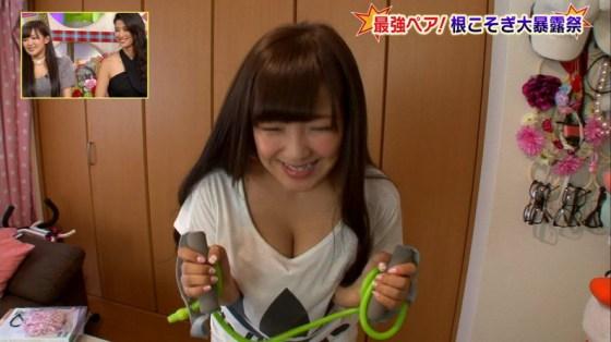 【放送事故画像】テレビで胸ちらする女ってそんなに自分のオッパイ見したいのか?ww 15