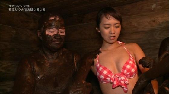 【放送事故画像】やべ!オッパイが水着からこぼれ落ちそうだぞwww 17