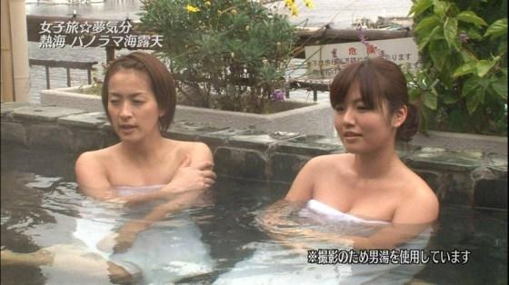 【放送事故画像】テレビでバスタオル一枚で映ると言うポロリ狙いな温泉レポww 05