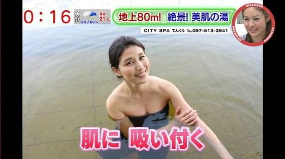 【放送事故画像】テレビでバスタオル一枚で映ると言うポロリ狙いな温泉レポww 09