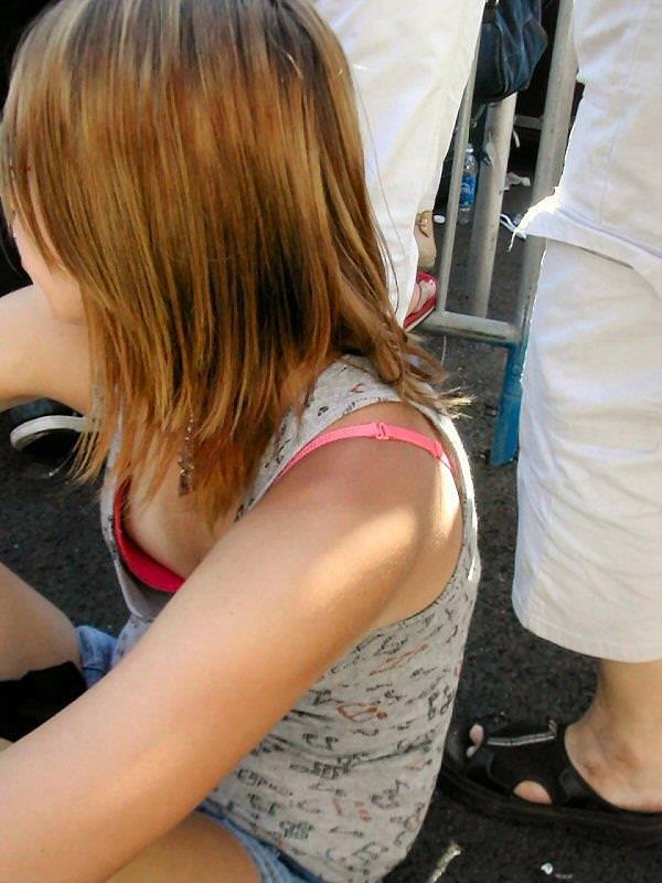 【ハプニングエロ画像】素人娘が前屈みになった瞬間覗いて見たら乳首立っててワロタww 07
