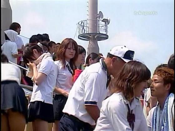 【放送事故画像】甲子園中継でパンチラまで映されてるとは知らず笑顔なJK達ww 13