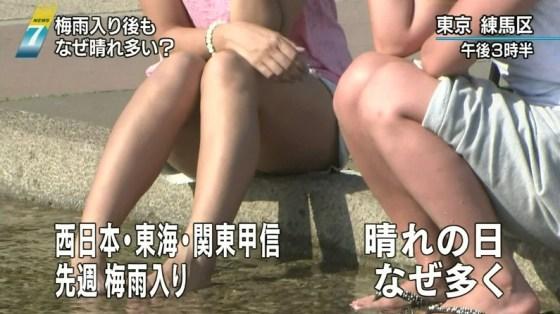 【放送事故画像】ミニスカやショートパンツ履いて太もも露出しながらテレビに出た結果ww 08