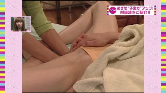 【放送事故画像】いつ乳首が見えてもおかしくない、テレビでエステ受けてる女性達w 15