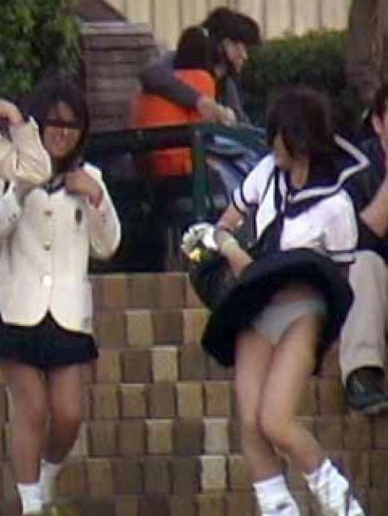 【パンチラ画像】隠す暇もなくあっという間に風にスカートめくられ見事にパンツ見えたww 15