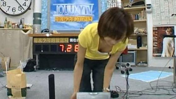 【谷間キャプ画像】何かと前屈みになる事が多い女子アナはその回数だけ谷間を見せつけてるww 22