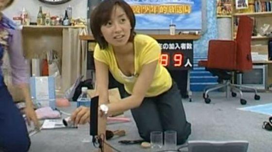 【谷間キャプ画像】何かと前屈みになる事が多い女子アナはその回数だけ谷間を見せつけてるww 23