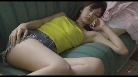 【放送事故GIF画像】F-1の生中継で美女レースクイーンのスカートが引っ掛かって美しい布がお目見えwww 15