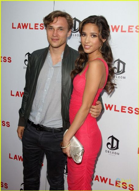Cute Couple Kisses Wallpaper Kelsey Chow And William Moseley Dating Gossip News Photos