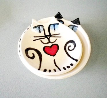 pottery cat plates: whimsical nesting Valentine set with red hearts    USA Priority mail included white black  ceramic