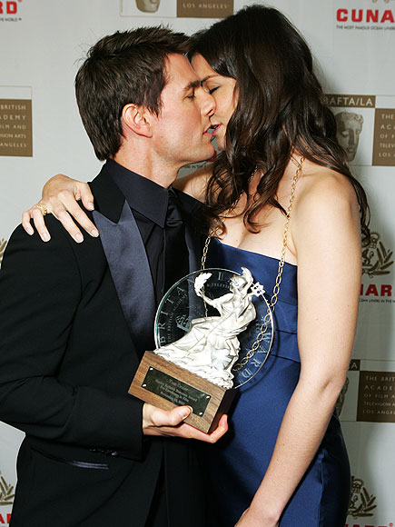Suri Cruise Hd Wallpapers Tom Cruise Tom Cruise And Katie Holmes Kissing Photos