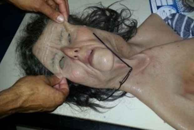 Policiais apresentam máscara utilizada pelo detento na tentativa de fuga. Foto: SEAP-GO/Divulgação