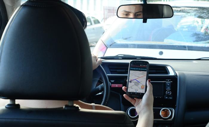 Motorista que estiver com o celular na mão ou utilizando fones de ouvidos comete infração gravíssima. Foto: João Velozo/ESp. DP