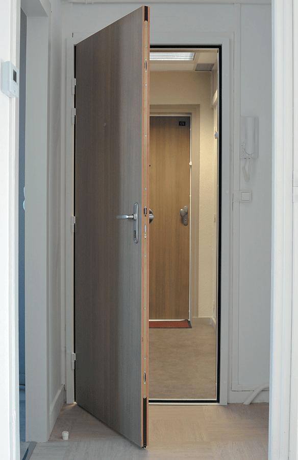 Porte appartement interieur pingl par alexandra f sur portes noires en 2019 portes - Portes palieres appartements ...