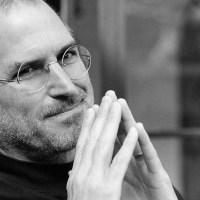 """Bir gün sekreteri Steve Jobs'a arabasının çalışmadığından dolayı işe geç kaldığını söyledi. O gün öğleden sonra Steve sekreterine son model bir Jaguar'ın anahtarını atarak, """"İşte burda, bir daha geç kalma"""" dedi."""