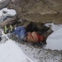 Everest dağında kimisi 50 yıldan uzun süredir orada olan 200'den fazla dağcının cesedi bulunmaktadır. Bu cesetleri taşımak çok zor olduğu için burada bırakılan cesetlerden biri olan yeşil botlu adam kaybolana kadar dağcılar tarafından kamp yeri belirlemede kullanılmaktaydı.