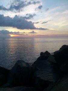 Pemandangan sunset dari parkiran Mantos. Sayang mataharinya tertutup awan