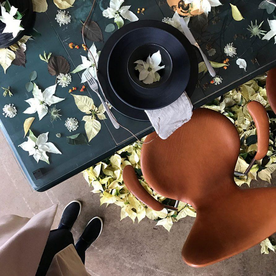 Julblomma som bordsdekoration. Nu behöver du ingen julduk! Fina nya dekorationsidéer med vår julblomma alias julstjärna. Gör en krans, bordsdekoration eller varför inte en blomma i håret. Läs hela blogginlägget!