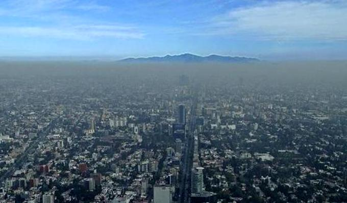 A blanket of smog covering Mexico City in 2010 (Image by Usfirstgov).