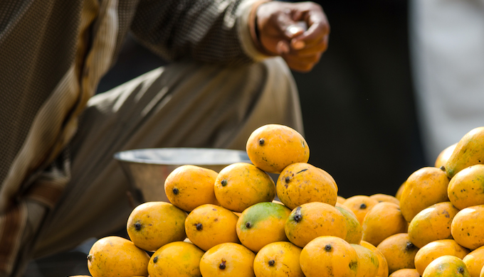 A street hawker selling mangoes in Deveraja Market in Mysore (Photo by Jan Arendtsz)