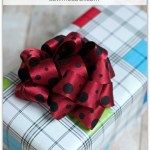 Make a gift bow from ribbon