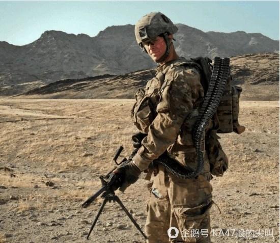 把彈藥箱背在身上去打仗,為了加強火力也是拼了