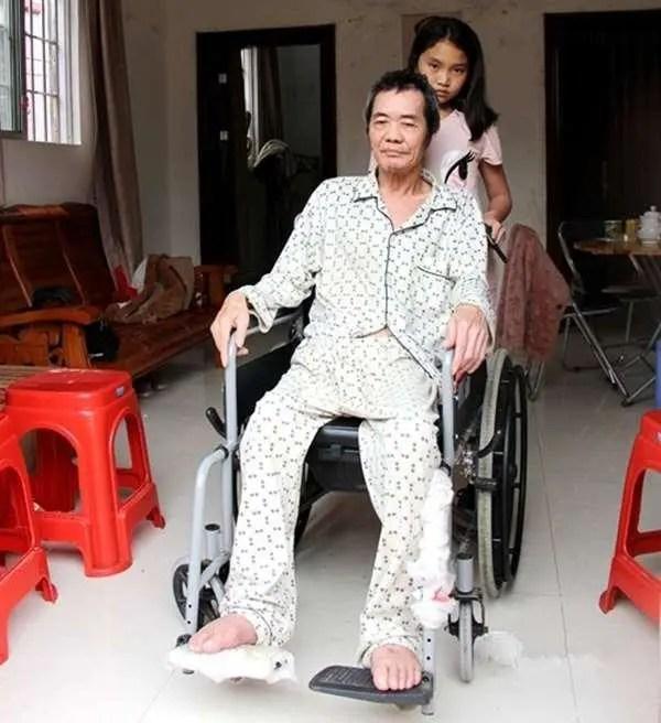 為了照顧癱瘓生病養父,十一歲女孩放棄了回到親生父母的身邊