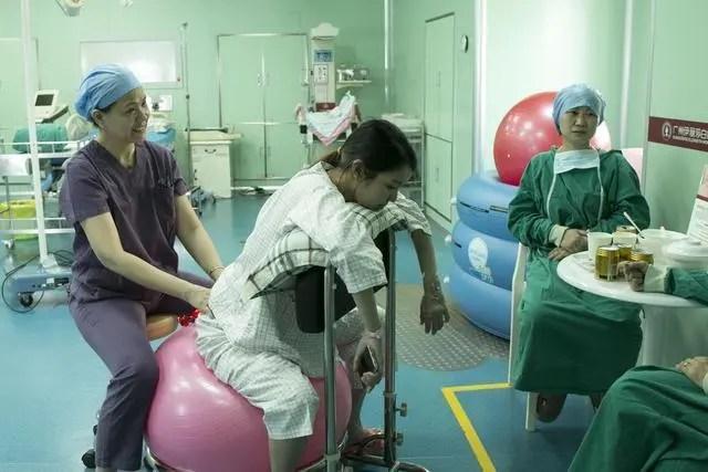 她是一名醫院助產士,連續接生了11個寶寶,最終累倒在產婦旁!