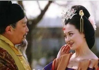 他和皇后眉來眼去,皇帝確開懷的笑