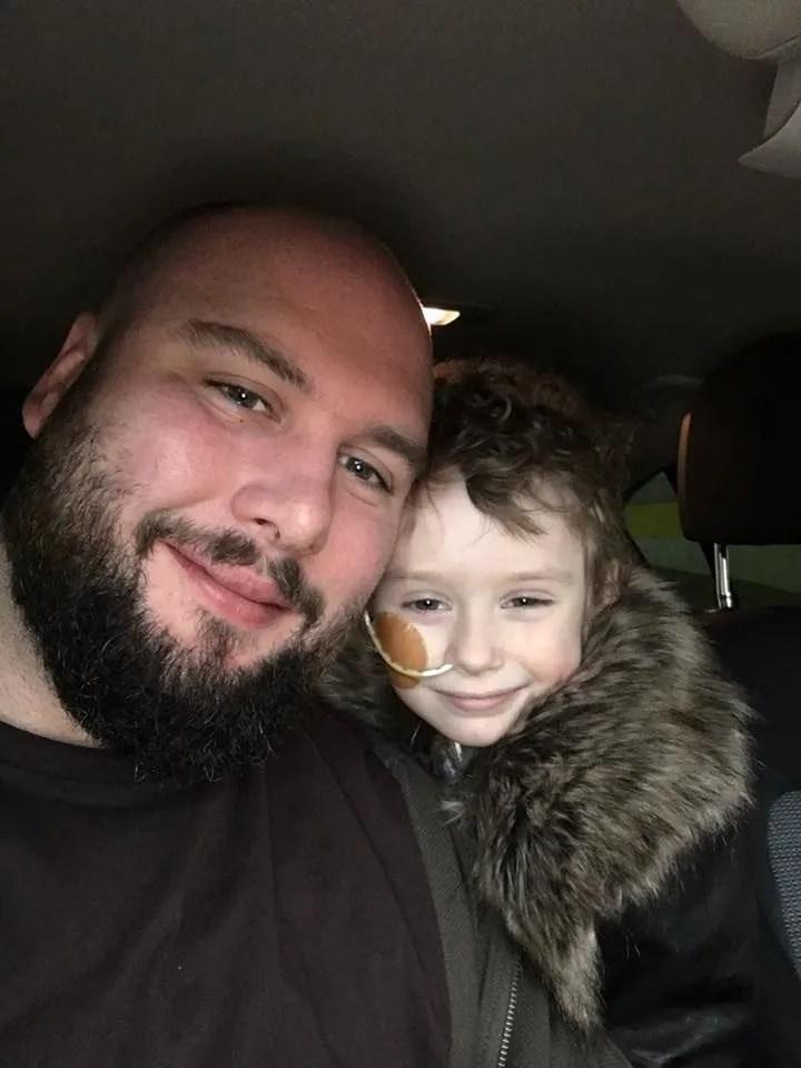 美國一個四歲小孩身患癌症,她的日常生活令人心痛父親同意安樂死