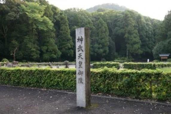 日本死活不願公開皇室古墓秘密,英國竟說日本天皇是中國人後裔!