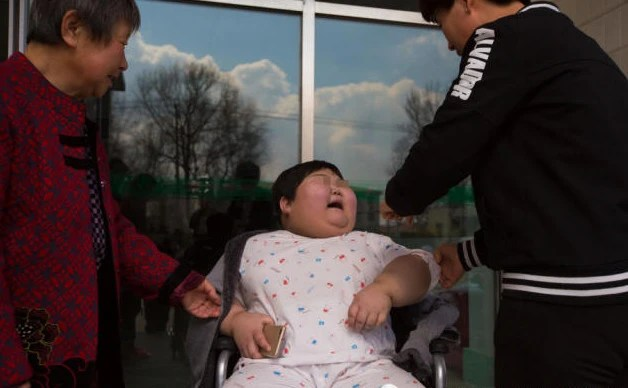 鏡頭下:7歲女童4年暴增60公斤,為減肥花費近100萬